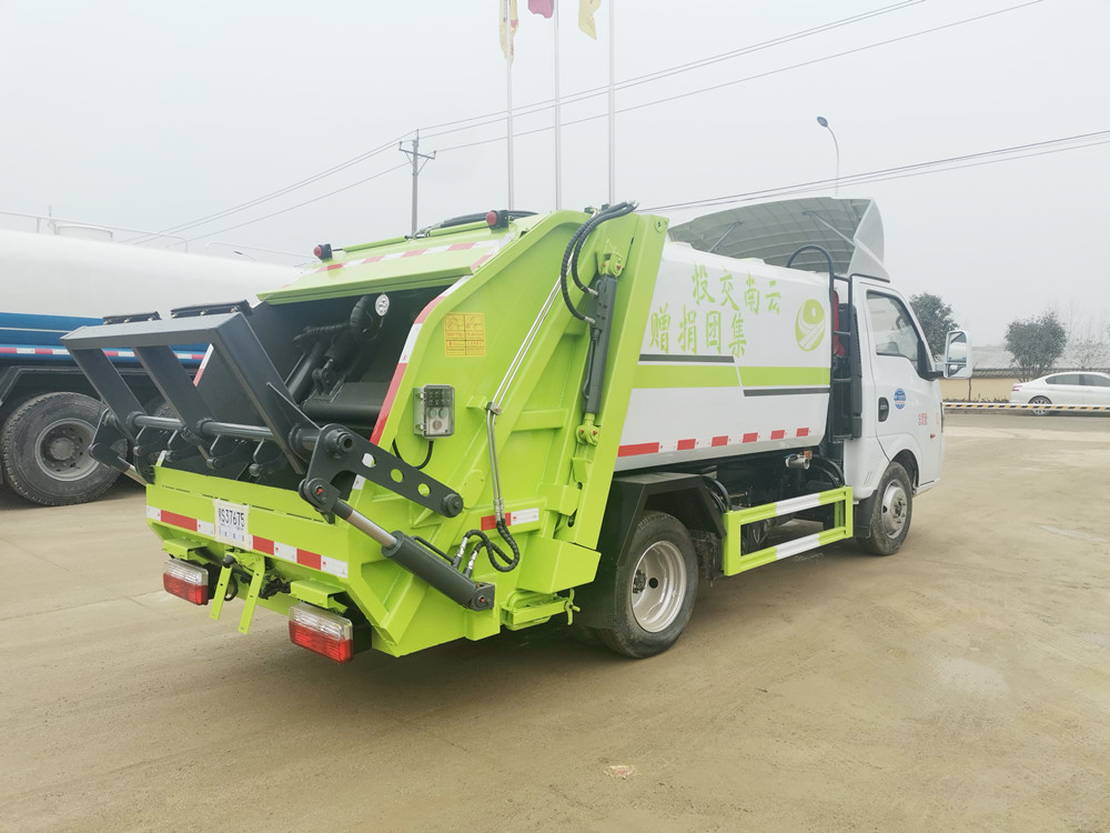 东风途逸3.5方压缩式垃圾车