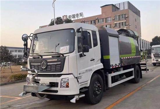湖北楚胜汽车有限公司向云南景洪市捐赠一批环卫车辆
